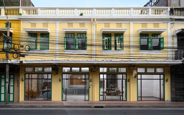 REST IS MORE Hostel Бангкок вид на фасад