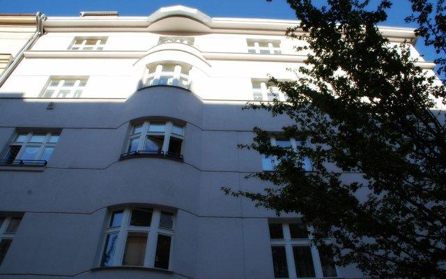 Апартаменты Generous Attic Apartment вид на фасад