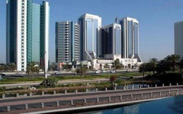 Отель Crowne Plaza Dubai вид на фасад