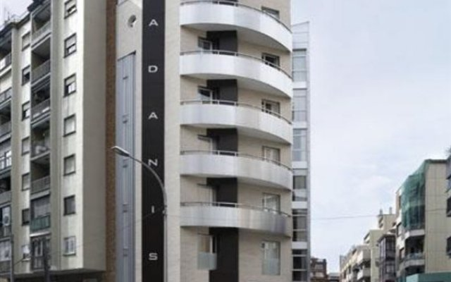 Отель Madanis Apartamentos вид на фасад