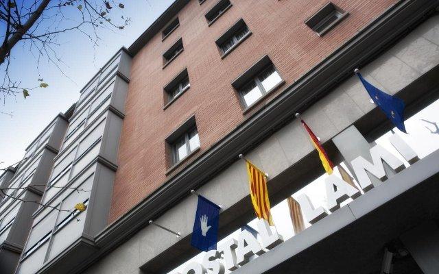 Отель Hostal Lami Испания, Эсплугес-де-Льобрегат - 5 отзывов об отеле, цены и фото номеров - забронировать отель Hostal Lami онлайн вид на фасад
