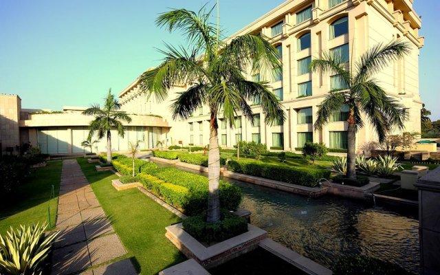 Отель The Grand New Delhi вид на фасад
