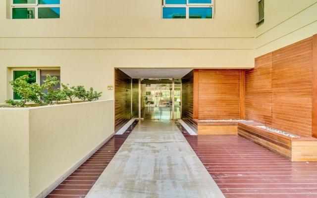 Апартаменты Short Booking - 1 BDR Apartment Greens вид на фасад