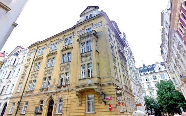 Отель Central and calm Прага вид на фасад