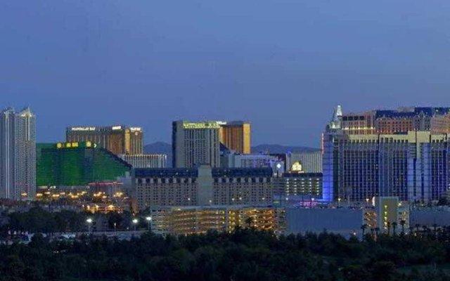 Отель Residence Inn by Marriott Las Vegas Convention Center США, Лас-Вегас - 1 отзыв об отеле, цены и фото номеров - забронировать отель Residence Inn by Marriott Las Vegas Convention Center онлайн вид на фасад
