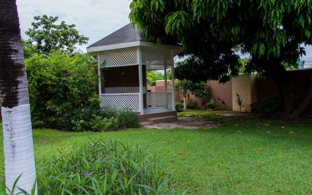 Отель Comlin Bank 13 by Pro Homes Jamaica вид на фасад