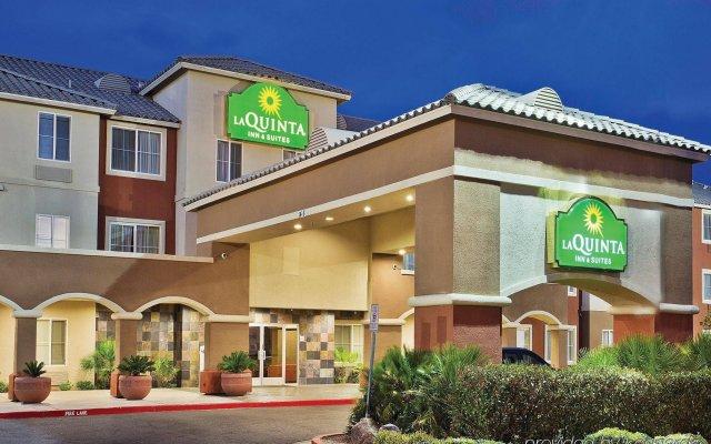 Отель La Quinta Inn & Suites by Wyndham Las Vegas Red Rock США, Лас-Вегас - отзывы, цены и фото номеров - забронировать отель La Quinta Inn & Suites by Wyndham Las Vegas Red Rock онлайн вид на фасад