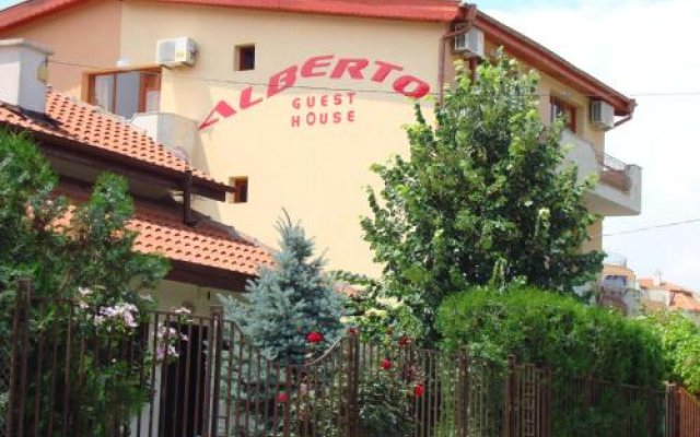 Отель Guest House Alberto Болгария, Равда - отзывы, цены и фото номеров - забронировать отель Guest House Alberto онлайн вид на фасад