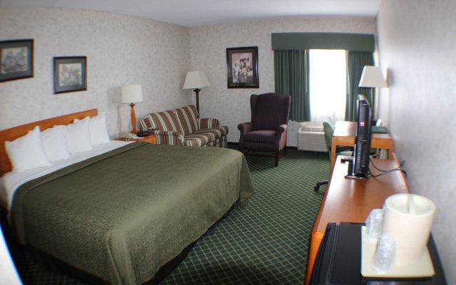 Отель All Seasons Inn and Suites комната для гостей