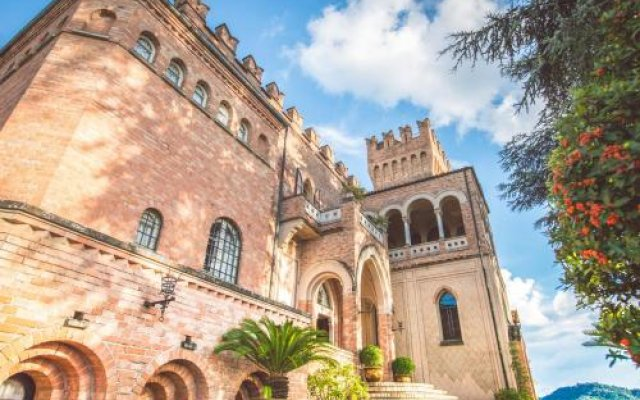 Отель Castello Di Mornico Losana Морнико-Лозана вид на фасад