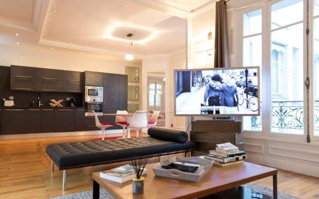 Отель Spacious apartement 2 bedrooms Париж комната для гостей