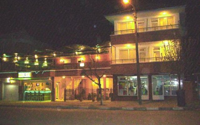 Отель NELLY Guest House Равда вид на фасад