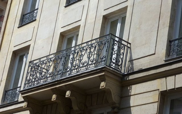 Отель Hôtel Helussi вид на фасад