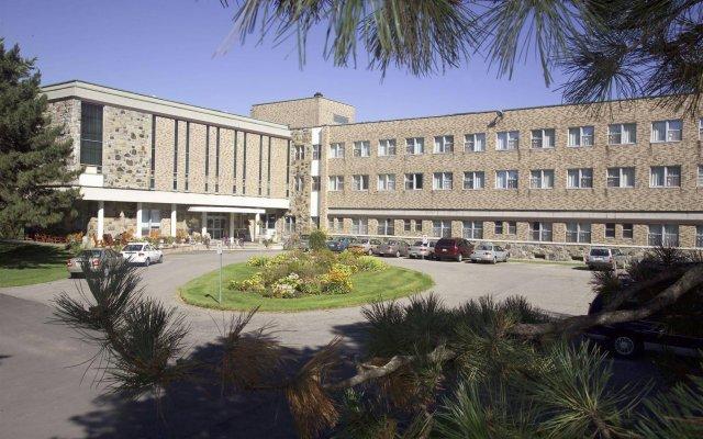 Отель Manoir dYouville вид на фасад