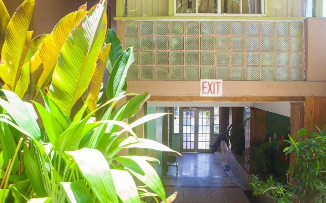Отель Caribic House Hotel Ямайка, Монтего-Бей - отзывы, цены и фото номеров - забронировать отель Caribic House Hotel онлайн вид на фасад