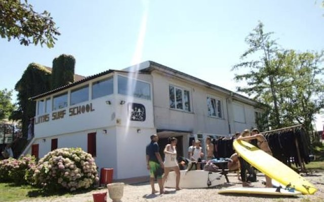 Отель Latas Surf House вид на фасад