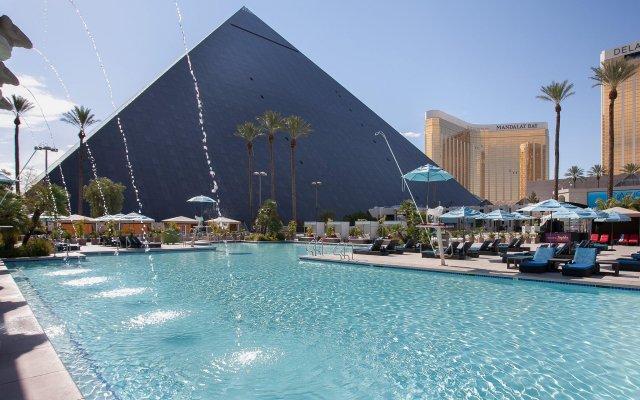 Отель Luxor бассейн
