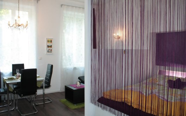 Апартаменты GoVienna Small Modern Apartment Вена комната для гостей