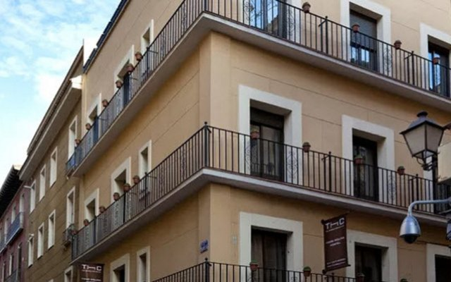 Отель Apartamentos Tirso De Molina вид на фасад