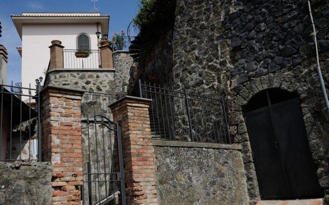 Отель Villa dei Fantasmi Рокка-ди-Папа вид на фасад