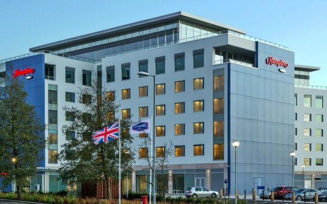 Отель Hampton by Hilton Luton Airport вид на фасад