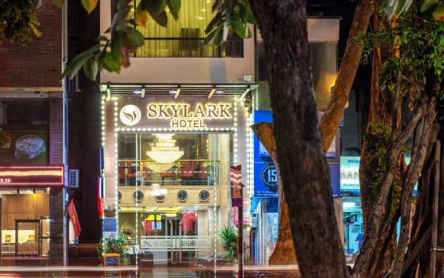 Skylark Hotel вид на фасад