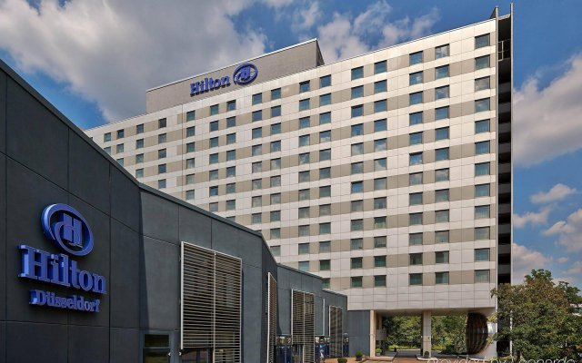 Отель Hilton Düsseldorf вид на фасад