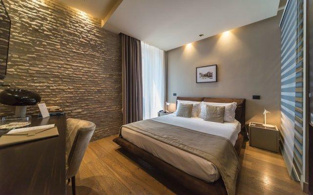 Отель Campo Marzio Luxury Suites сейф в номере