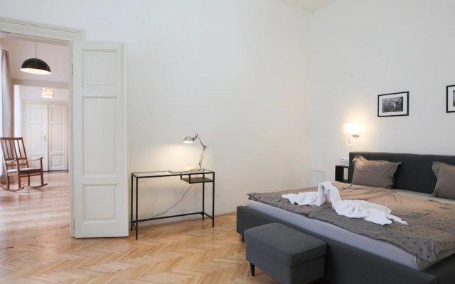 Апартаменты Wenceslas Apartment for 10 with AC Прага комната для гостей