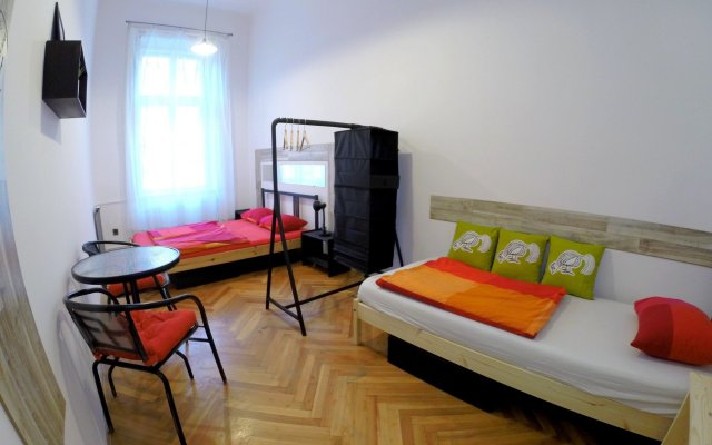 Friends Hostel and Apartments Budapest Будапешт вид на фасад