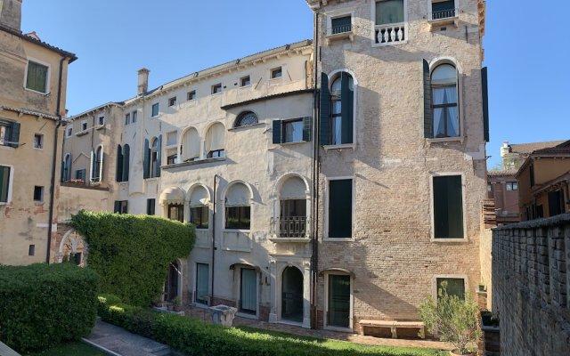Отель Palazzo Contarini Della Porta Di Ferro Италия, Венеция - 1 отзыв об отеле, цены и фото номеров - забронировать отель Palazzo Contarini Della Porta Di Ferro онлайн вид на фасад