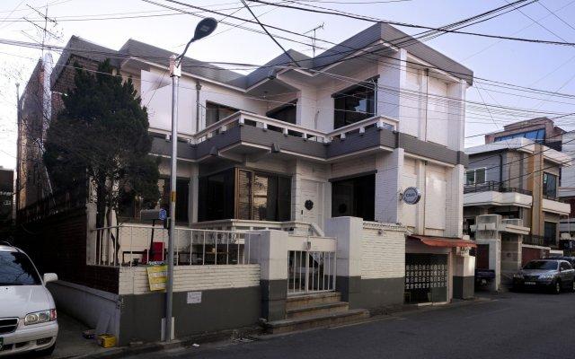 Moca Guesthouse - Hostel вид на фасад