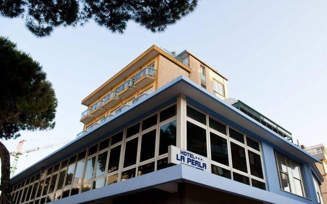 Отель La Perla Римини вид на фасад