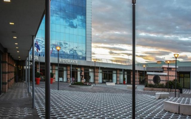 Best Western Plus Hotel Expo вид на фасад