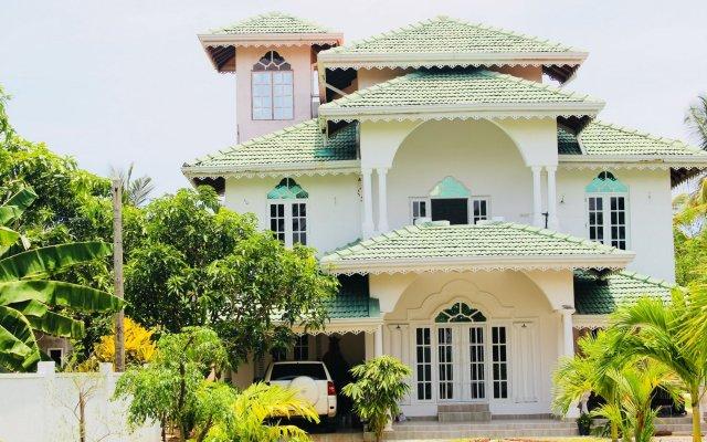 Отель Villa Sri Beach вид на фасад