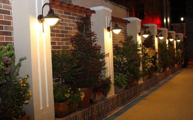 Отель Boutique Restorant GLORIA Албания, Тирана - отзывы, цены и фото номеров - забронировать отель Boutique Restorant GLORIA онлайн вид на фасад
