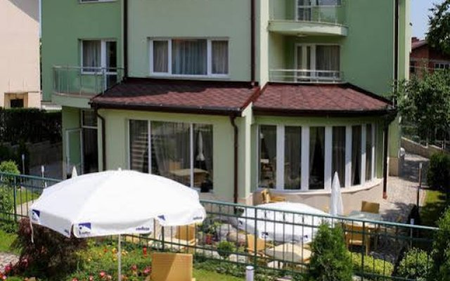 Family Hotel Diana вид на фасад