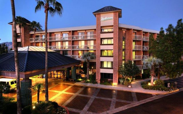 Отель Radisson Suites Tucson вид на фасад
