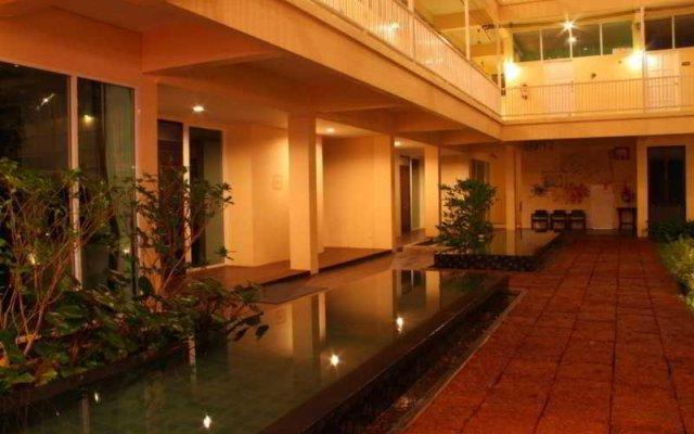 Отель Feung Nakorn Balcony Rooms & Cafe Бангкок вид на фасад
