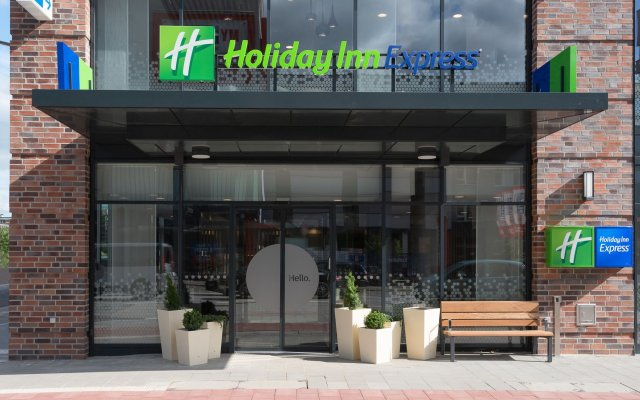 Отель Holiday Inn Express Hamburg - City Hauptbahnhof вид на фасад