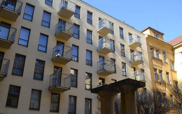 Отель Aparthotel Austria Suites вид на фасад