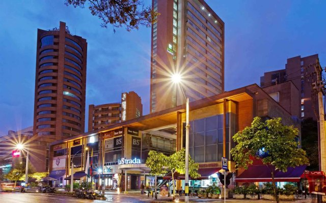 Отель Holiday Inn Express Medellin вид на фасад