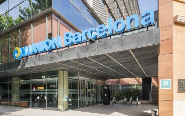 Отель ILUNION Barcelona вид на фасад