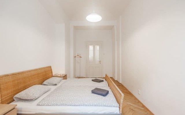 Апартаменты Central Apartment With Netflix Subscription 2 Bedroom Apts Прага вид на фасад