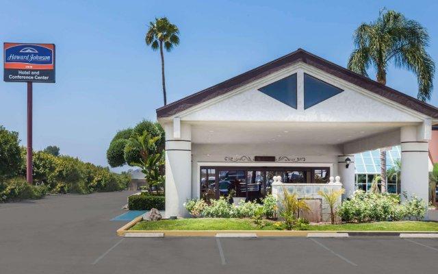 Howard Johnson Inn Fullerton Hotel and Conference Center вид на фасад