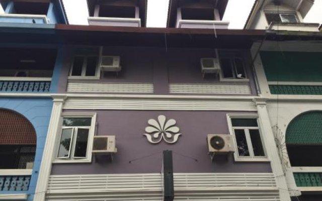 Отель Nawaporn Place Guesthouse Пхукет вид на фасад