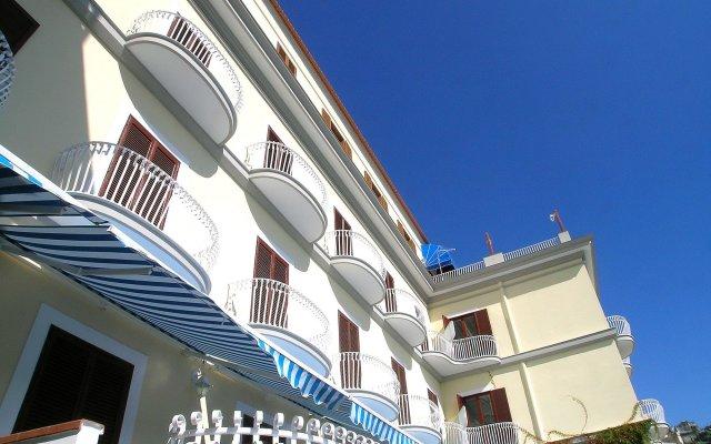Отель La Bussola Италия, Амальфи - 1 отзыв об отеле, цены и фото номеров - забронировать отель La Bussola онлайн вид на фасад
