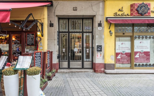 Апартаменты Oasis Apartments - Liszt Ferenc square Будапешт вид на фасад