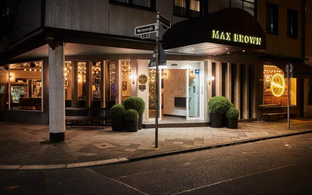 Отель Max Brown Midtown вид на фасад