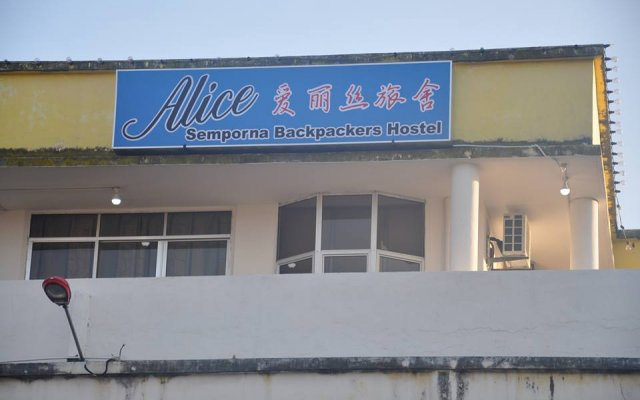Alice Semporna Backpackers Hostel вид на фасад